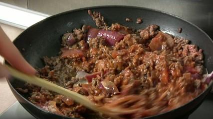 mélanger la préparation bolognaise