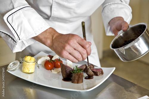 chef préparant un magret de canard - 14317660
