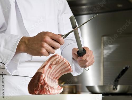 chef préparant un carré d'agneau