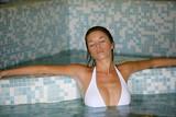 jolie femme se relaxant dans l'eau