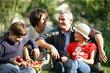 couple et enfants avec panier de pommes