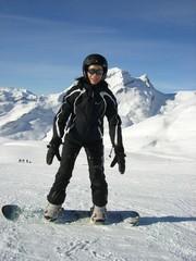 Snowboarderin in schwarz
