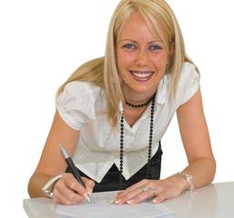 Femme blonde signant un contrat