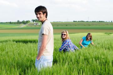 Jugendliche im Weizenfeld