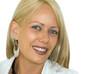 Portrait d'une femme blonde souriante