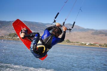 kiter salta nel vento in una laguna vicino Tarifa, Spagna