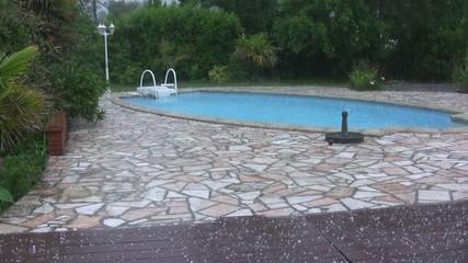 grêle sur la piscine