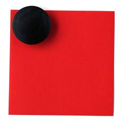 magnet bouton noir sur post-it rouge en papier recyclé
