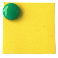 magnet bouton vert sur post-it jaune en papier recyclé