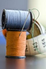 rocchetti di filo arancione e azzurro