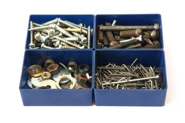 Kleinteile in blauen Plastikboxen