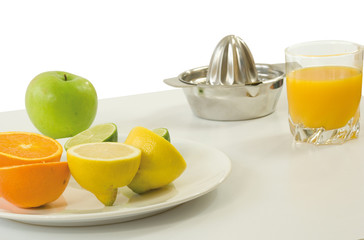 Fruits : orange,citron, pomme et presse-agrume