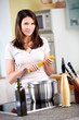 Junge Frau kocht Spaghetti