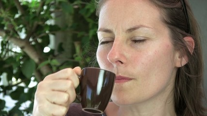 déguster une tasse de café