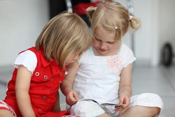 2 Kinder und Bilderbuch