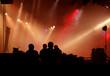Silhouette von Tontechnikern vor Bühnenlicht