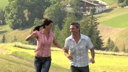 Coppia corre in montagna felice