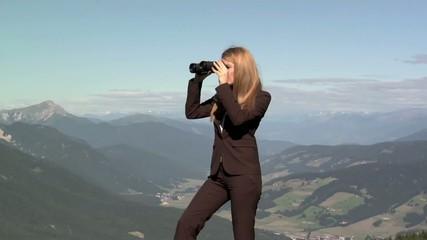 Donna in carriera con binocolo