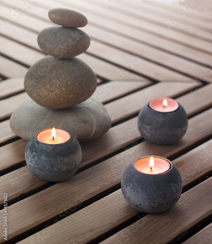 galets zen et bougies allumées