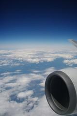 飛行機のエンジンと大空