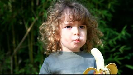 Jeune enfant qui mange un fruit