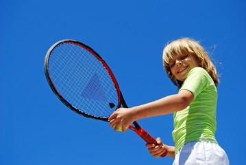 Enfant heureux au Tennis