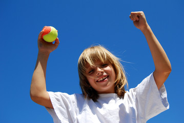 Tennis - Enfant heureux de gagner