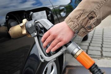 Weibliche Hand beim Autogas tanken