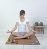 femme en position de yoga sur parquet blanc poster