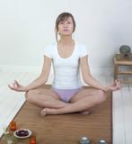 femme posture zen regard au loin poster