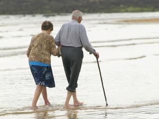 Pareja de ancianos por la playa
