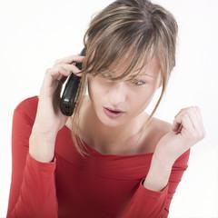 femme dialogue téléphone portable