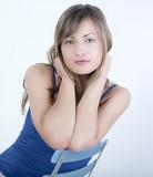 jeune fille assise au environnement calme poster
