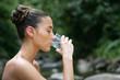jeune femme buvant une verre d'eau