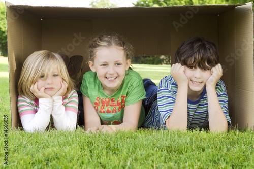 Kinder im Karton