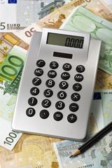 taschenrechner, geld und belsitift