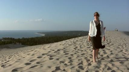 femme solitaire sur le sommet de l'atlantique