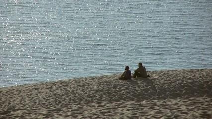 couple contemplant le Bassin d'Arcachon