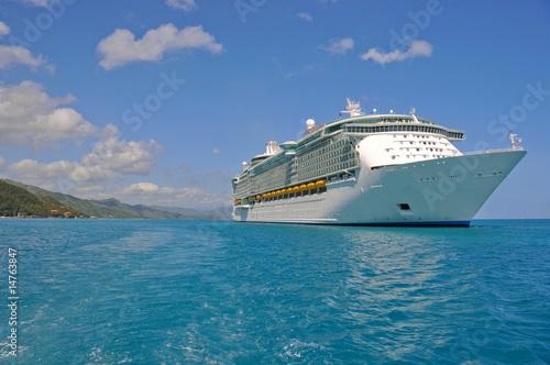Fotobehang Caraïben huge cruise ship in caribbean port