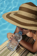 Mujer Bebiendo Agua en el Verano
