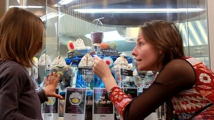 mère et fille choisissant une glace