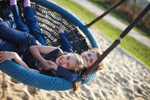 Leinwanddruck Bild Schwestern auf Spielplatz