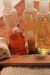 Körperpflegeartikel mit Öl, Schwamm und Massagehandschuh