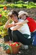 fille serrant sa mère dans les bras dans un potager