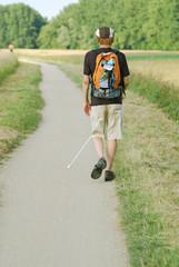Sehbehinderter Mann beim Spazieren in der Natur