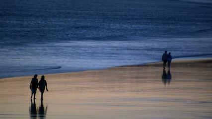 Gente paseando por la playa