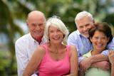 Groupe d'amis seniors souriants