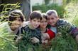 Parents et enfants dans le jardin