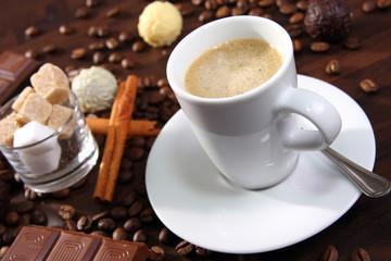 espresso mit pralinen,schokolade,zimt und zuckerwürfel