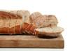 tranches de pain au levain sur fond blanc